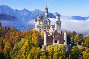 Schloss-Neuschwanstein-erleuchtet-im-Herbst